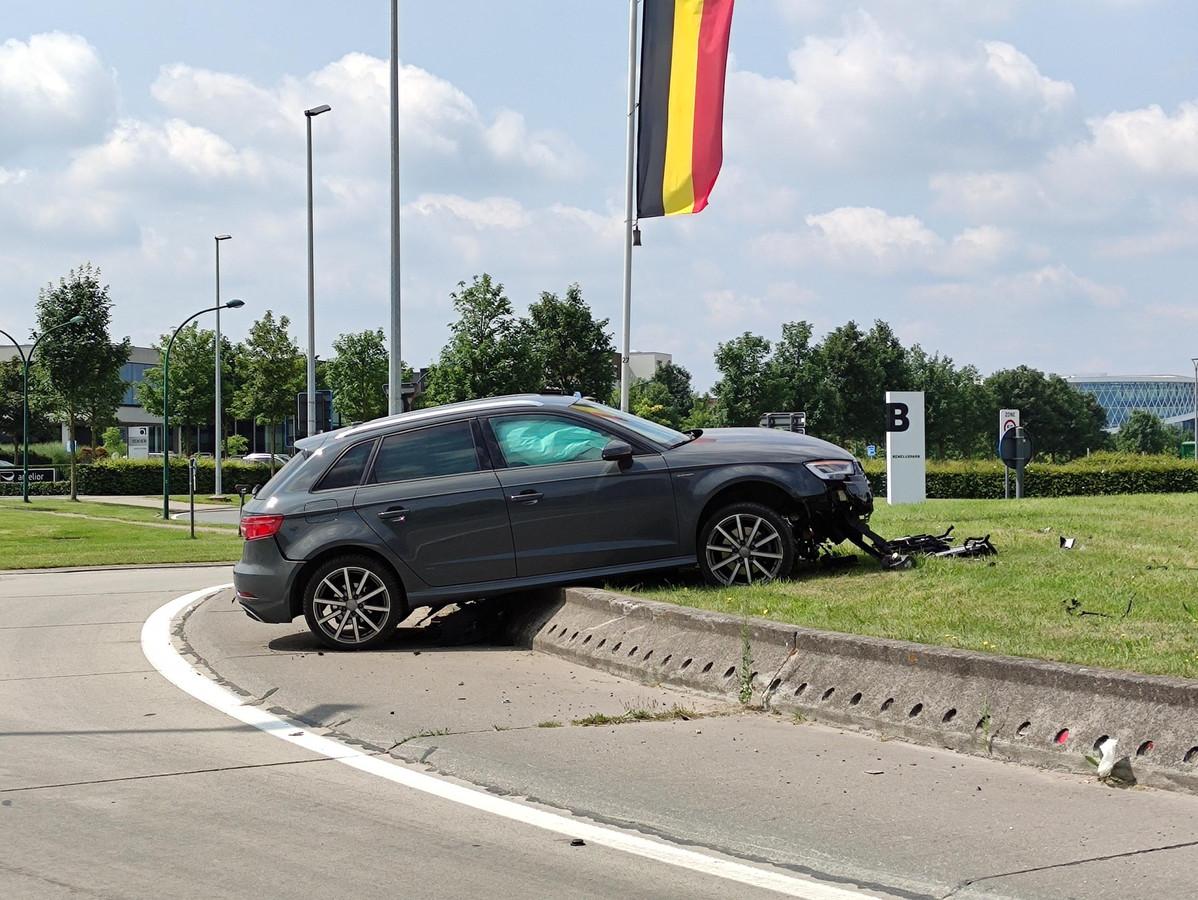De bestuurder belandde met zijn auto op de boordsteen van de rotonde.