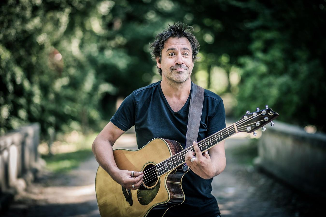 Wim Geysen met de gitaar in de hand.