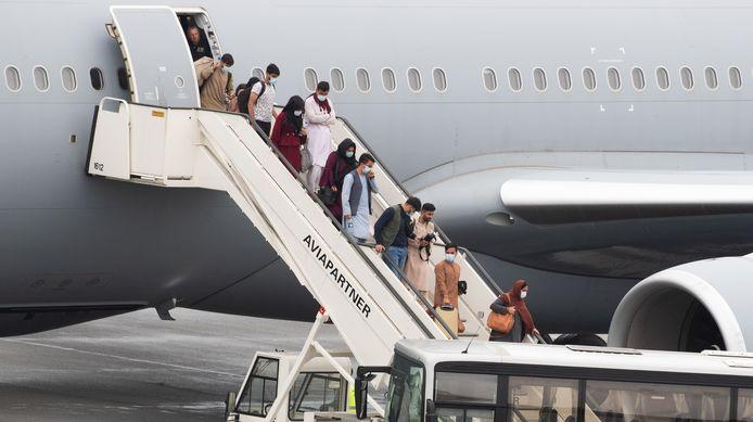 Geëvacueerden uit Afghanistan stappen uit het vliegtuig op de luchthaven van Melsbroek.