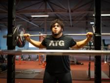 Jeugdwereldkampioen Kuworge 'tilt' als eerste Nederlandse gewichtheffer in 53 jaar olympische limiet