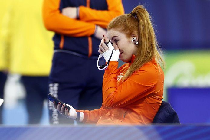 Emoties bij Antoinette De Jong na haar wereldtitel op de 3 kilometer.
