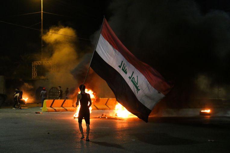 Iraakse demonstranten steken autobanden in brand voor het consulaat in Karbala. Beeld AFP