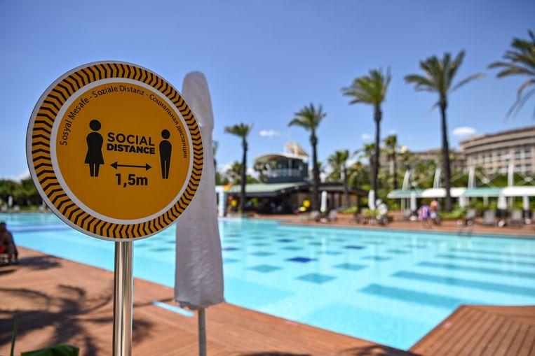 Hou anderhalve meter afstand. De hotels in Antalya zijn klaar voor de toeristen.  Beeld AFP
