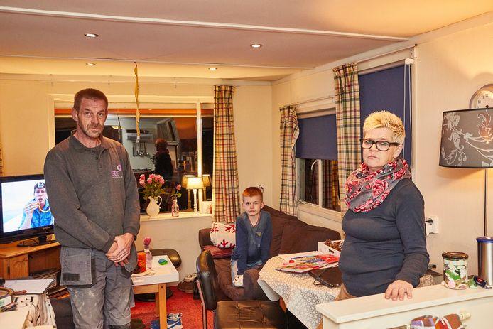 Harry,  zoon Jordy en Marijke Nijland in de kleine caravan in Vorden. Ze moesten hun illegale huurwoning in Zutphen verlaten.