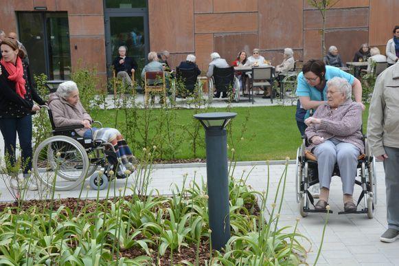 De paden zijn recht, om de bewoners met dementie niet in de war te brengen.
