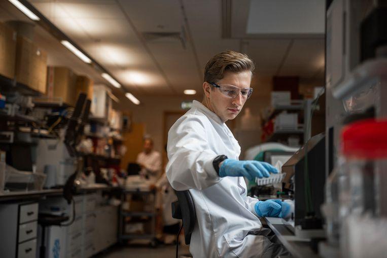 Een researcher die meewerkte aan de ontwikkeling van het coronavaccin van AstraZeneca en Oxford universiteit.  Beeld AP