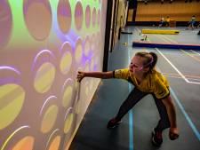 Basisschool uit Twello test unieke speelmuur: 'Onbewust zijn ze gewoon heel veel in beweging'