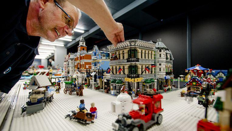 Een lego-fan maakt zijn eigen bouwwerk tijdens de opbouw van Lego World. In de herfstvakantie staat de Jaarbeurs in het teken van het bekende bouwsteentje. Beeld anp