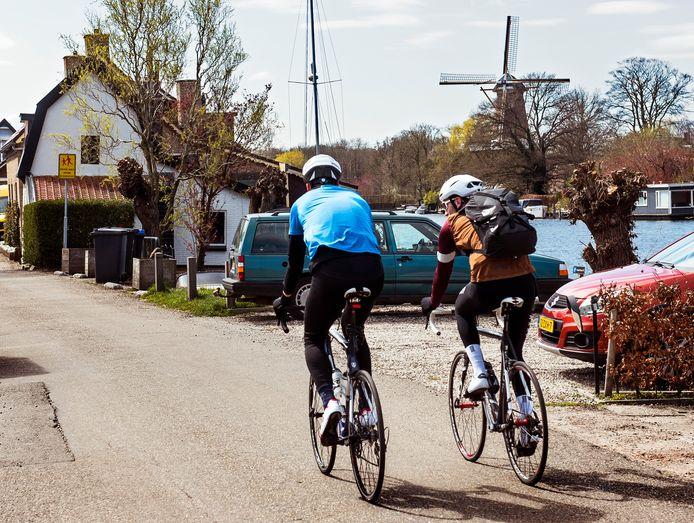Op de fiets door Loenen aan de Vecht. De route is ongekend populair maar volgens bewoners aan de Vecht wordt het veel te druk en te gevaarlijk.