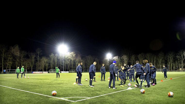 De selectie van VVSB maakt zich op voor een training. Beeld Klaas Jan van der Weij