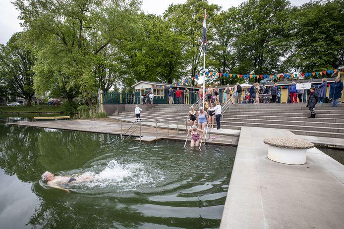 Het Tuindorpbad in Hengelo ging zaterdagochtend open, de eersten doken even na tien uur in het water