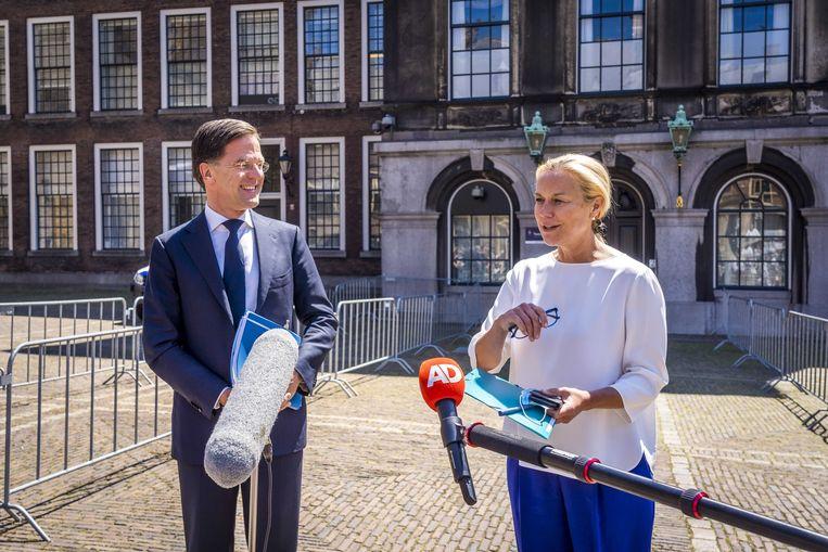 Mark Rutte (VVD) en Sigrid Kaag (D66)  na afloop van een gesprek met informateur Mariëtte Hamer. Hamer hoopt de komende week de contouren te zien van een nieuwe coalitie. Beeld ANP
