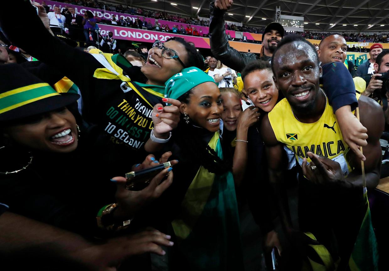 Usain Bolt met zijn fans na de finale op de 100 meter op de WK atletiek in Londen in 2017. Beeld Reuters