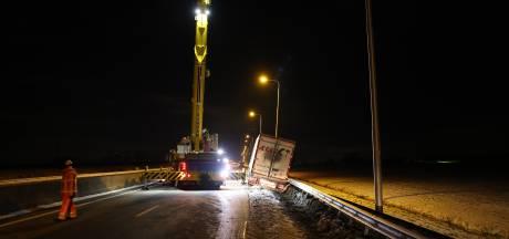 Vrachtwagen met aardappelen eindigt tegen vangrail: N50 op slot