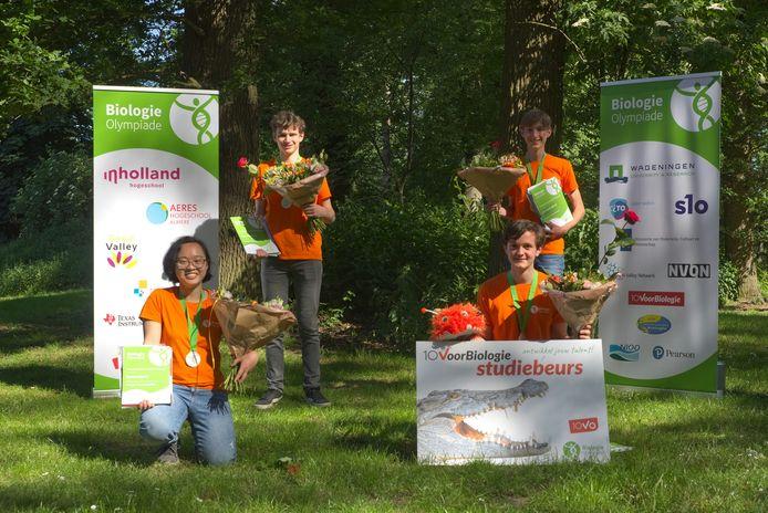 Het Nederlandse team voor de Internationale Biologie Olympiade: bovenste rij: Faas Brouwer (links) en Lars Hamelijnck, onderste rij: Samantha Li van het Lorentz Casimir Lyceum in Eindhoven, en Jarik Stoutjesdijk, de winnaar van de landelijke wedstrijd.