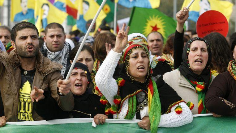Koerden demonstreren in Düsseldorf tegen het geweld van IS in de Syrisch-Koerdische stad Kobani. Beeld epa