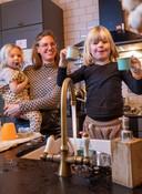Suzanne de Jager, met haar twee kinderen van 2 en 4, heeft lood in haar waterleidingen. Ze hebben waterflessen ingeslagen.