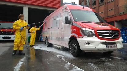 Leerlingen wassen brandweerwagens voor het goede doel