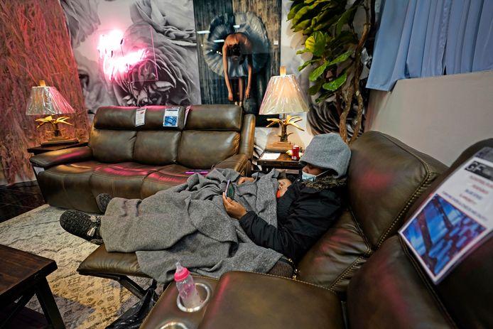 Mensen die thuis geen stroom meer hebben, worden opgevangen in een meubelwinkel in Houston.