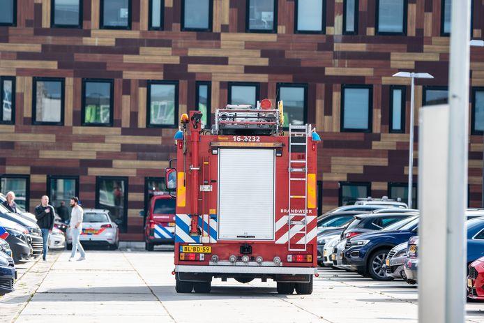 De brandweer bij het politiebureau aan de Kees Mustersstraat.