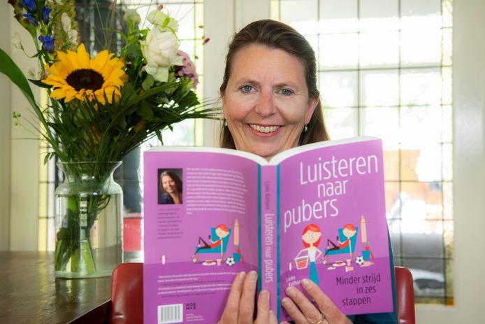 Lieke Kalhorn uit Apeldoorn, pedagoog en jongerencoach, toont trots haar deze week verschenen boek.