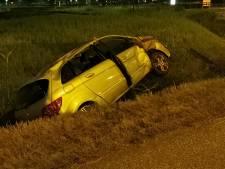 Beschonken automobiliste rijdt rechtdoor over rotonde en belandt in sloot in Wageningen