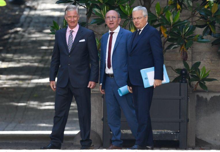 Informateurs Johan Vande Lanotte en Didier Reynders brengen verslag uit aan koning Filip. Beeld Photo News