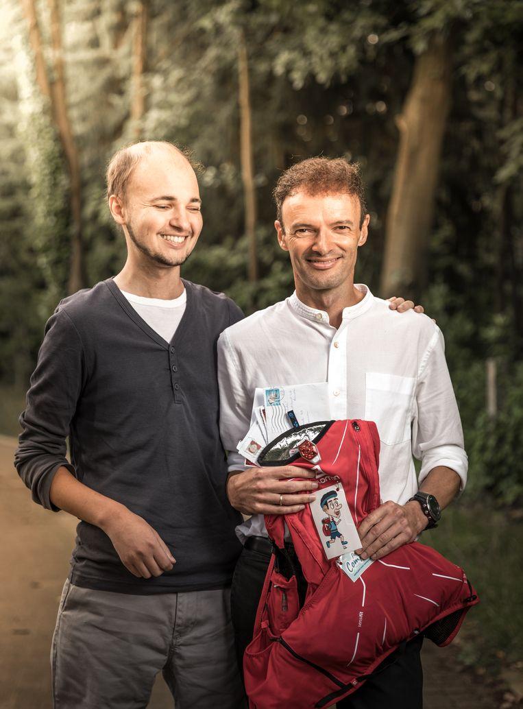 Pieter, die als 13-jarige kanker kreeg, met zijn vader Johan Swinnen. De professor doet de tocht voor hem en alle andere kankerpatiënten. In zijn rugzak neemt hij 500 briefjes mee van patiënten. Beeld Jan Aelberts