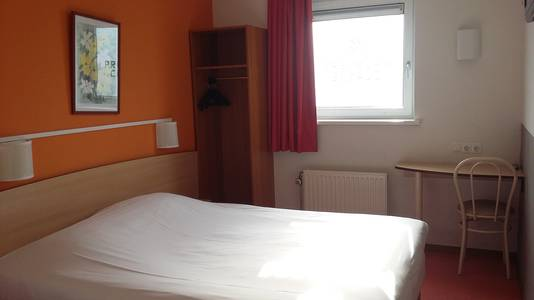 Het is schoon, het tweepersoonsbed ligt prima en de douche isweliswaar erg basic, maar functioneert goed.