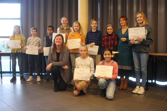 De laureaten van de Junior Journalist schrijfwedstrijd in Turnhout, met winnares Lisa Pijls als derde van rechts achteraan