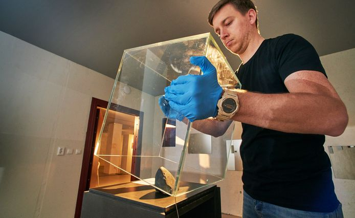Ruim drie maanden stond de 'meteoriet Uden' in Museum Krona op publiek te wachten maar de expositie is weer afgebroken.  Carlo van As haalt de ruimtesteen uit de vitrine. Die gaat weer terug naar het Noordbrabants Museum.