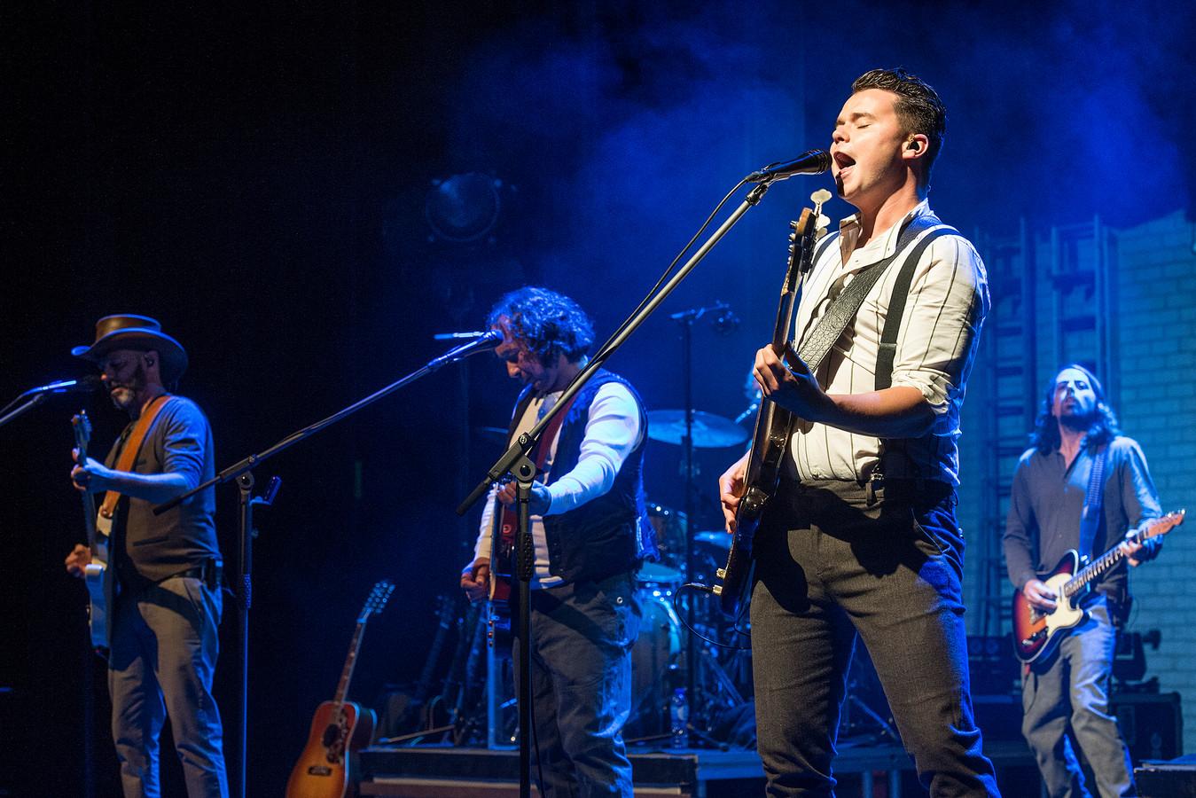 Bassist Jens Huigen (voorgrond, zingend) uit Raamsdonksveer speelt voor het eerst in de Dutch Eagles tributeband in de Nieuwe Nobelaer.