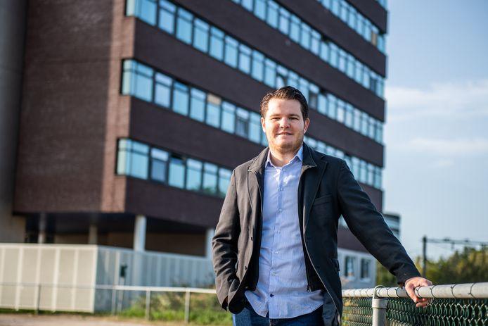 Raadslid Evon Zevenbergen van Nieuw Elan bij het pand van Wolters Kluwer