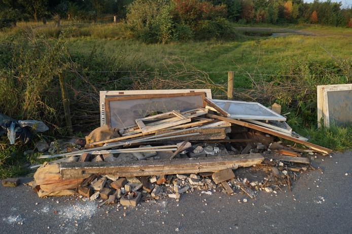 Eén van de dumpingen in het natuurgebied.