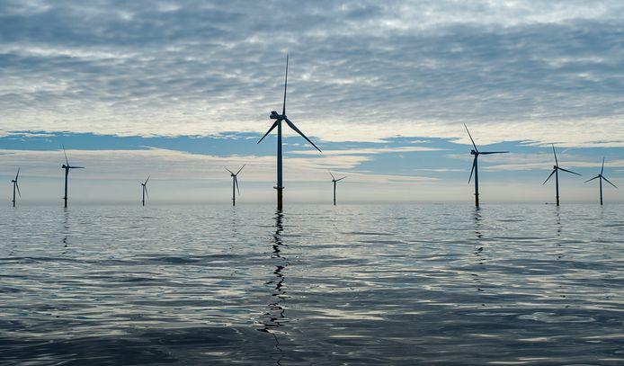 Windmolens reiken boven het wateroppervlakte van de Noordzee, 23 kilometer uit de kust ter hoogte van de strook tussen Zandvoort en Noordwijk.