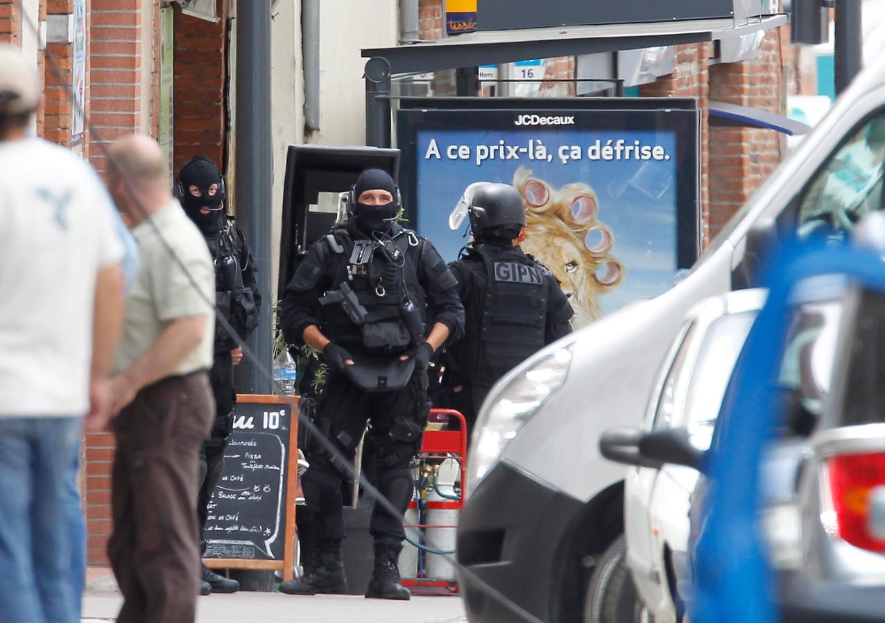 Franse politie in de straat van de gegijzelde bank.