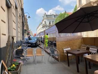 Automobilist vliegt uit de bocht en belandt op leeg terras: voetganger lichtgewond