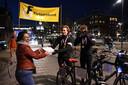 Listy Groenland uit Den Bosch trakteert de fietshelden Sam Mebius en Dennis Smit op een warm welkom.