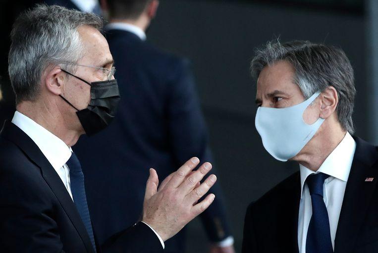 Secretaris-generaal van de Navo Jens Stoltenberg (l) en de Amerikaanse minister van buitenlandse zaken Antony Blinken (r) op het hoofdkwartier van de Navo in Brussel. Beeld AP