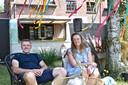 Pawel en Manon in hun zomerbar Plaine