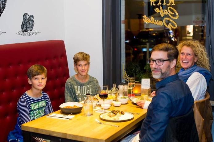 Vader Ludo, Moeder Monique met zoons Tijn (links) en Huub uit Minderhout voor het eerst aan het eten bij Le Poulet.