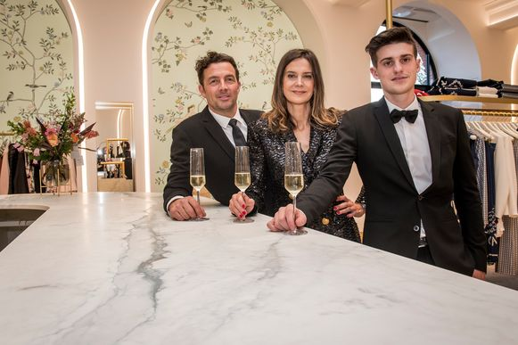 Peter Van Hulle, Heidi Vandenabeele en haar zoon Viktor Maddens zijn fier op hun nieuwe stek.