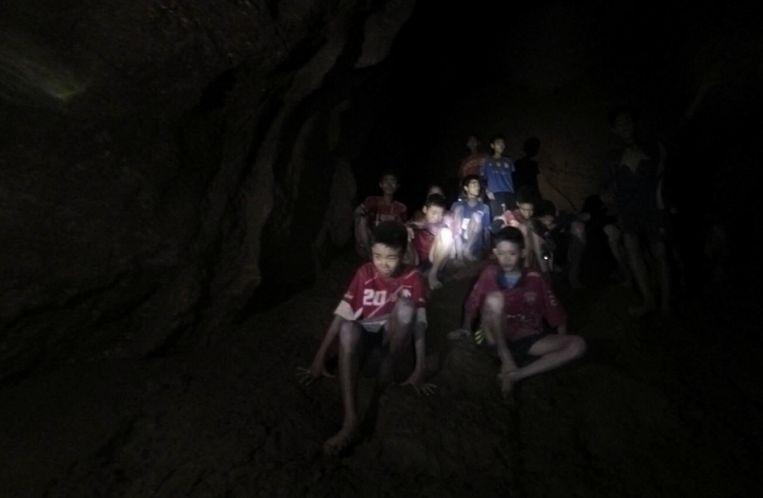 Een archiefbeeld van de voetballertjes die in de grot verzeild raakten. Beeld EPA