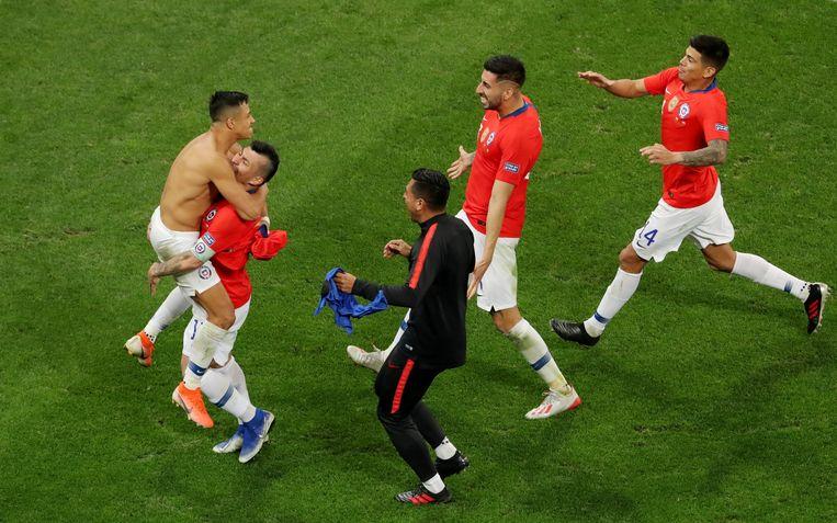 Alexis Sanchez wordt gefeliciteerd na zijn beslissende strafschop.