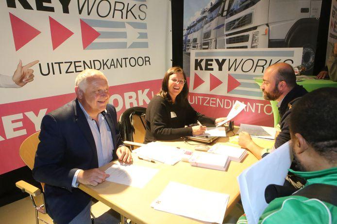 De jobbeurs (hier in Tienen) is een van de middelen om werkzoekenden en werkgevers dichter bij mekaar te brengen.