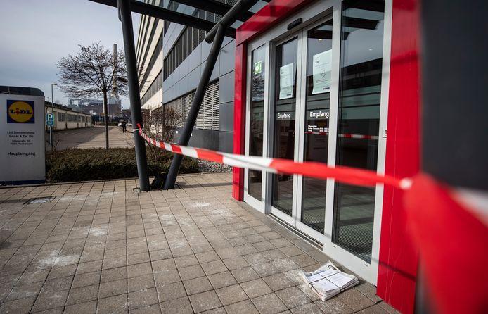 De hoofdingang van het Lidl-hoofdkantoor in Neckarsulm werd na de explosie afgesloten voor sporenonderzoek, het gebouw ontruimd.