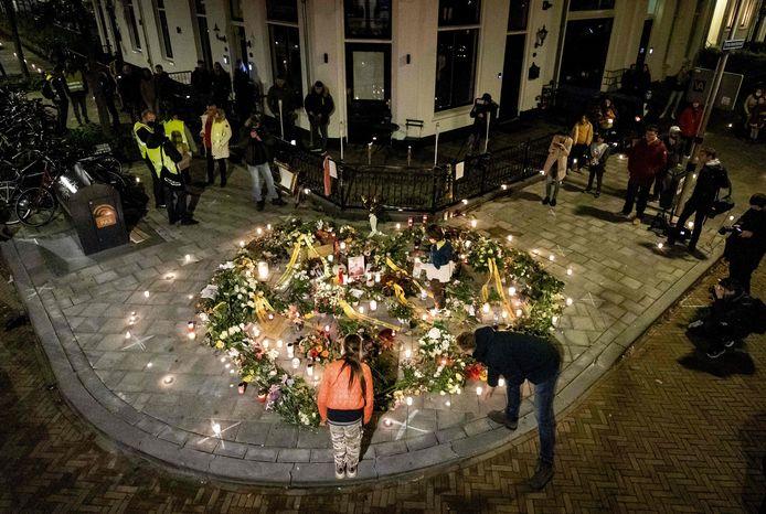 Mensen leggen bloemen neer tijdens de stille tocht op 7 november.