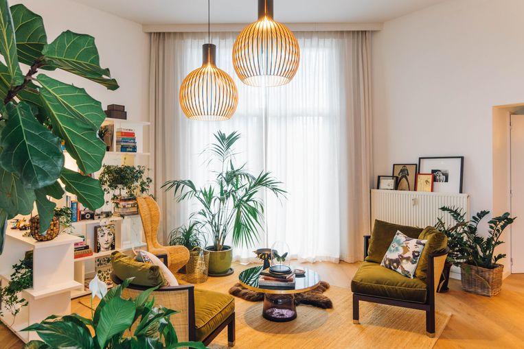 De handgemaakte lampen zijn van het Finse Secto Design, de bijzettafel is van ClassiCon. Beeld Hannelore Veelaert