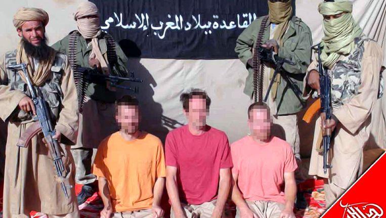 De AQIM met hun drie gijzelaars waaronder een Nederlander. Beeld AFP