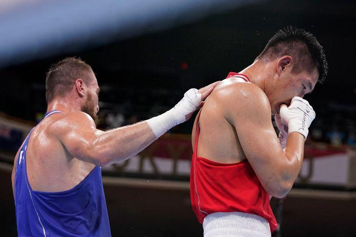 De verliezer feliciteert de winnaar. Links de Kazak Bekzad Nurdauletov, rechts de Rus Imam Khataev.
